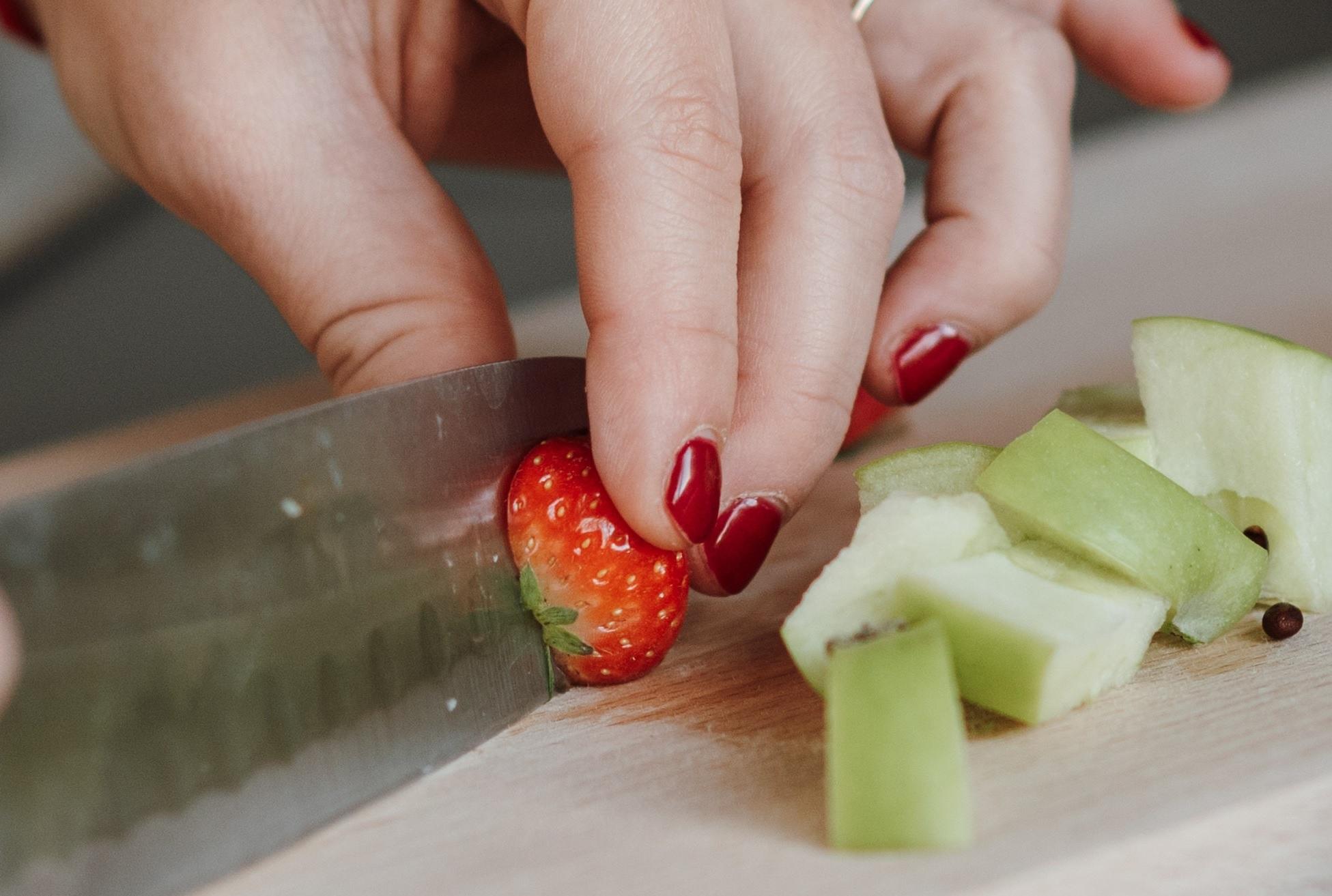 ジェルネイルをしたまま料理はNG?害はないのか、手袋は必要か解説します